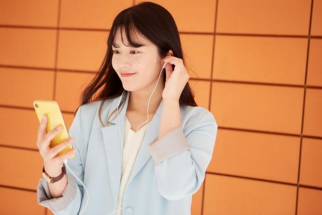 スマホで音楽を聴く日本人女性